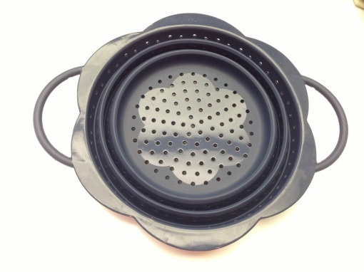 A nave, flower shaped strainer.  So up my alley.