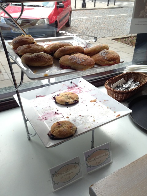 While I was eating, people kept coming in to buy the pastry on the bottom in batches.